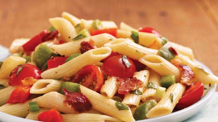 Commentaires et recette de salade de pâtes au bacon et au basilic – Idéale pour un repas-partage, un pique-nique ou chaque fois que vous recevez un grand nombre de convives, cette grosse quantité de salade de pâtes peut être préparée en 25 minutes.