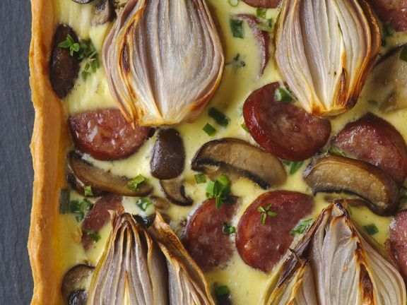 Pikante Tarte mit Zwiebeln, Champignons und Wurst ist ein Rezept mit frischen Zutaten aus der Kategorie Tarte. Probieren Sie dieses und weitere Rezepte von EAT SMARTER!