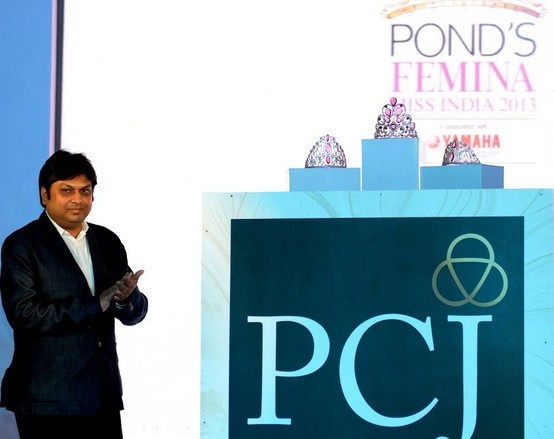 An exclusive pic at the #feminamissindia of the #PCJeweller Managaing Director BalramGarg unveiling #missindiacrowns
