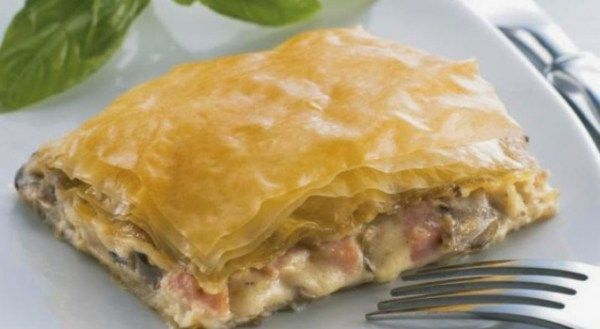 Μια συνταγή για μια πολύ εύκολη, πολύ απλή αλλά πολύ νόστιμη μανιταρόπιτα της στιγμής.Μια πίτα για τους λάτρεις των μανιταριών που σίγουρα θα απολαύσετε.  Υλικά συνταγής  1 πακέτο φύλλο κρούστας (ή 6 φύλλα χωριάτικο)  2 μεγάλα πακέτα μανιτάρια