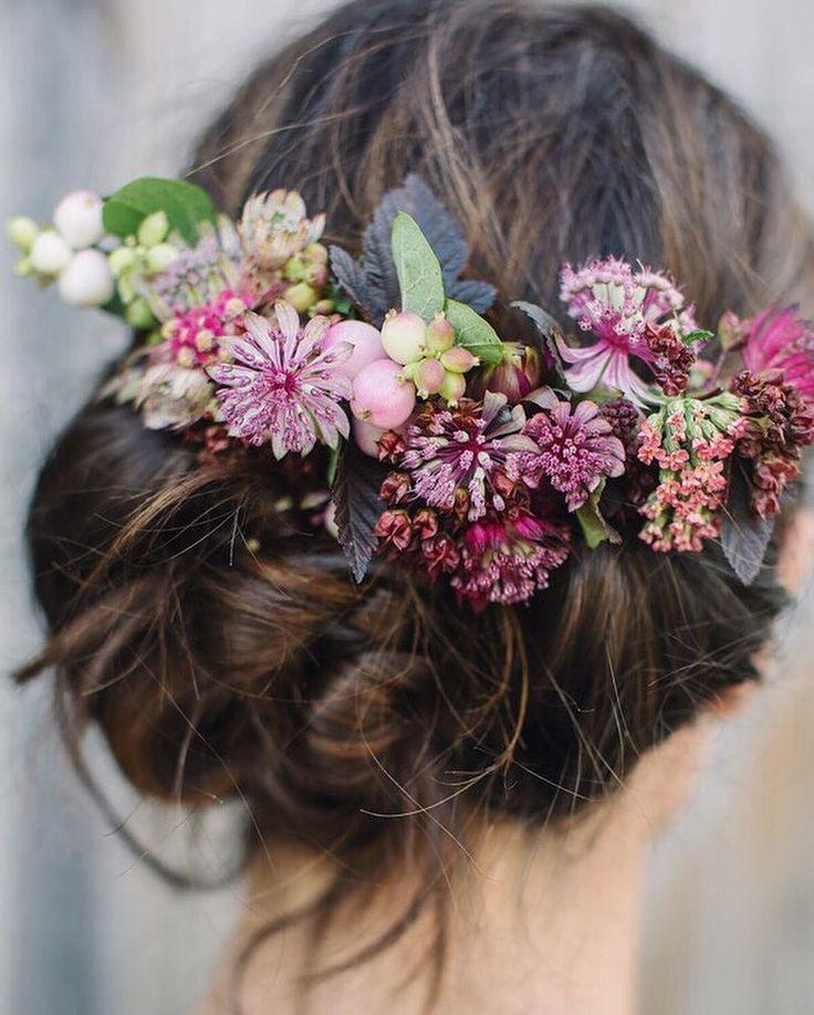 Recogidos con flor natural. Lo más chic de una boda bohemia. www.weareblanko.com #boda #bohemia #inspiaración