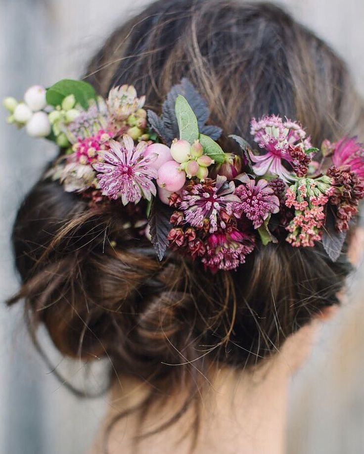 Loved making this flower comb at the @gandgorgeousflowers / @thegardengateflowerco Wedding Flowers Intensive Course last year! It's featured on Flowerona today in a blog post - 7 Hair Flower Alternatives to Flower Crowns. | #UnderTheFloralSpell #FlowerComb