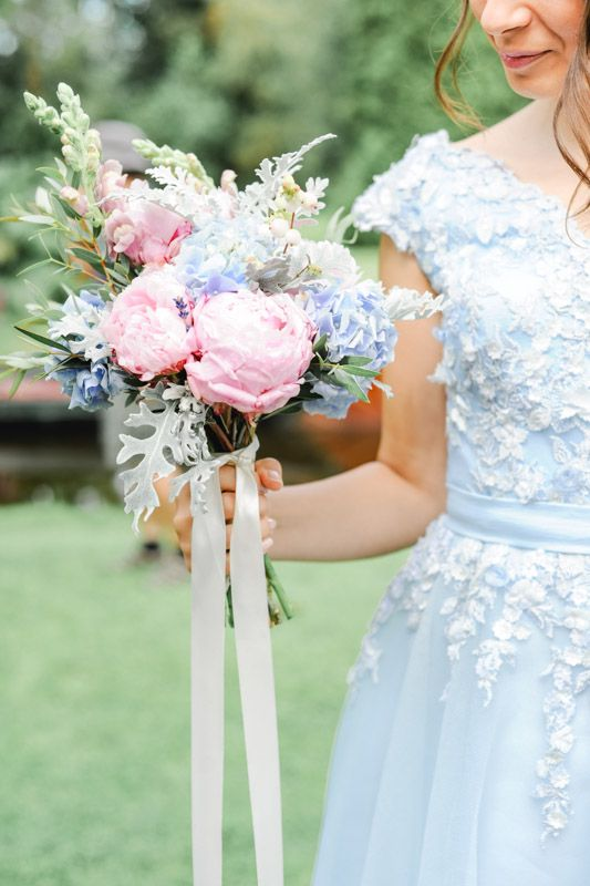 Voorjaars bruidsboeket met hortensia en pioenrozen