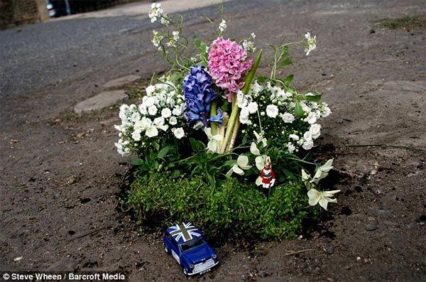 Steve Wheen turns London Potholes into Miniature Gardens http://restreet.altervista.org/steve-wheen-ripara-le-buche-stradali-con-mini-giardini/