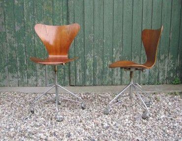 Arne Jacobsens fantastiske 7'er kontorstole. Sæder i teak og med forkromet firpas fod.