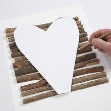 13061 Een hart gemaakt van gehalveerde boomstammetjes - Zelf stokken zoeken tijdens wandeling Biesbosch