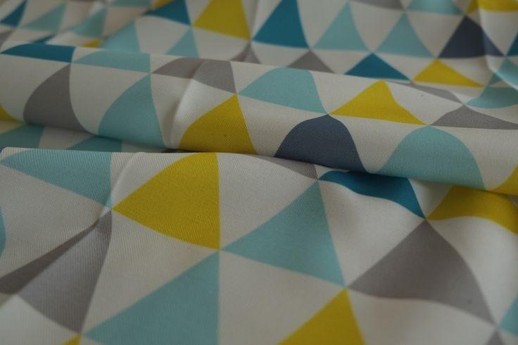 Tissu ameublement enfant en 140cm. Motif triangles colorés sur fond blanc. Lavable : Tissus pour rideaux, voilages par esprit-chic