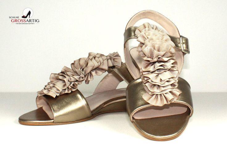 Tolle, flache, goldenen Blumensandaletten :) #metallics #flats #sandals #golden #chic #shoes #plussize #damenschuhe #übergröße #schuhegrossartig