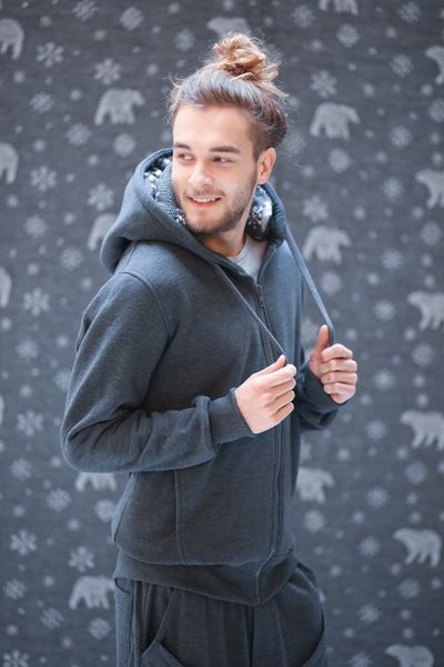 SMART ZIP A male hoodie which shapes your body better than your local gym with a warm, winterish accent – polar bears on the sweater hood. Wear it and you can leave your cap at home. When worn, your shoulders seem wider, your flanks look slimmer and your back appears sturdier, which means that it shapes your body like a jacket, not a hoodie.