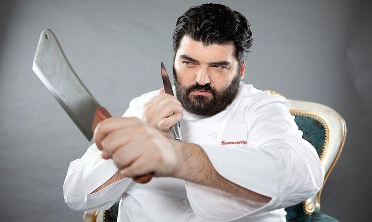 n2 il mio chef preferito in assoluto. non sofisticato come tanti altri chef, sembra burbero all'inizio ma poi si rivela simpaticissimo e bravissimo nel suo lavoro senza fronzoli inutili.