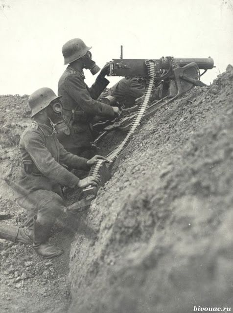 Crew German MG08 machine-gun in a mask on the position. The Western Front, 1918 / Расчет немецкого станкового пулемета MG08 в противогазах на позиции. Западный фронт, 1918 год #WW1