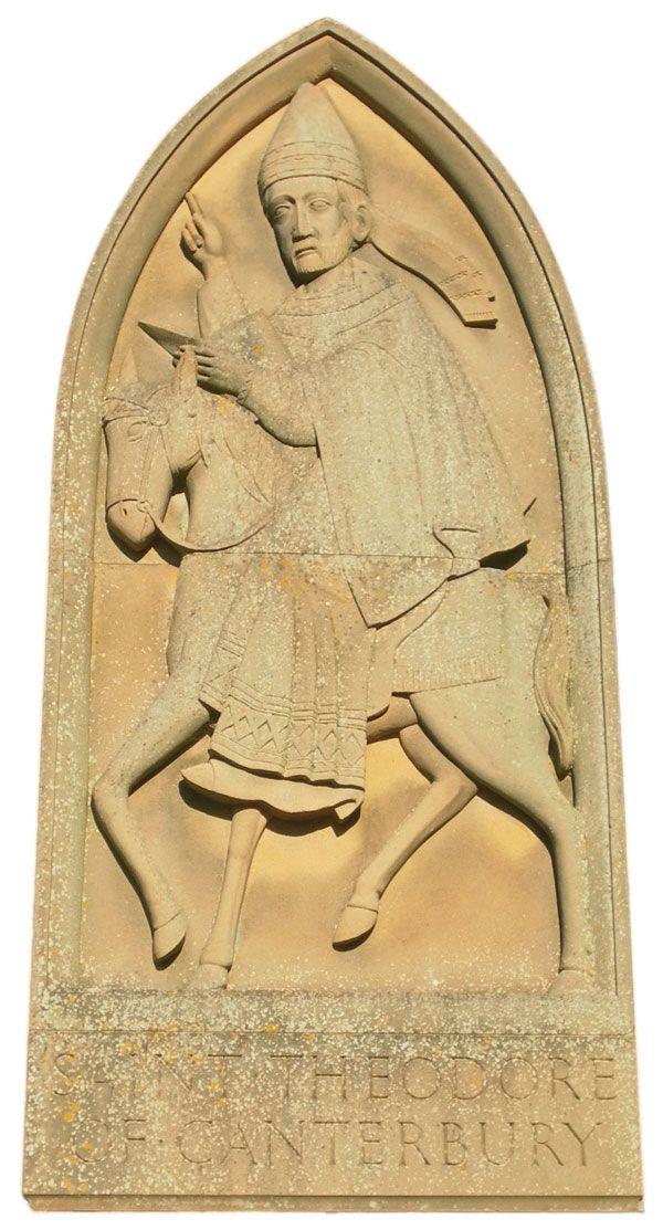 Theodorus van Tarsus (602-690). Stenen reliëf aan de muur van katholieke kerk gewijd aan hem in Crawley, West Sussex. Byzantijnse geestelijke. Hij was van 668 tot aan zijn dood de aartsbisschop van Canterbury. Hij was verantwoordelijk voor de organisatie en eenheid van de Engelse Kerk.