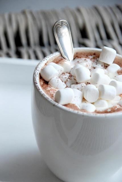 Hergestellt aus fast nur Zucker und Luft braucht diese locker-flockige Süßigkeit nicht viele Komponenten, um jedem Leckermäulchen den Tag zu versüßen. Auf diese Strategie setzt auch das sheere Wolkenweiß auf den Nägeln. Wie der Zucker ins Blut, geht marshmallow direkt ins Herz über. Aber Achtung, ein anschließender Zuckerschock ist bei zu viel Nagellackliebe definitiv nicht ausgeschlossen!