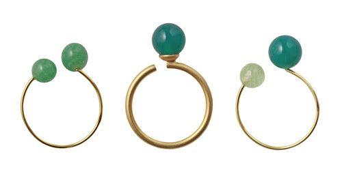 Til disse ringe er der brugt følgende materialer: (set fra venstre mod højre)  1 stk. forgyldt kreol 18 mm + 2 stk. anborede perler, aventurin 6mm 1 stk. forgyldt messing fingerring med stift + 1 stk. anboret perle, grøn agat 8 mm 1 stk. forgyldt kreol 18 mm + 2 stk. anborede perler, grøn agat 8 mm + facetteret prehnit 6 mm +  lim smyks.dk | smyks.com | smyks.de