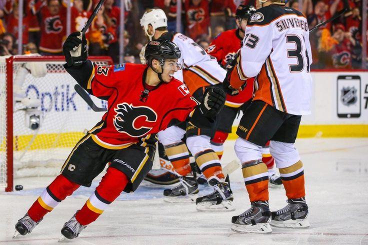 Hockey News: Flames Comeback Win; Blackhawks Up 3-0 - http://thehockeywriters.com/hockey-news-flames-comeback-win-blackhawks-up-3-0/