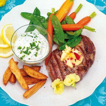 Gegrillte Schweinesteaks mit Blüten-Butter. Das sommerliche Rezept findest du unter http://www.milchland-bayern.de/genusswelt/rezepte/rezept-detailansicht/kategorie/speisefolge/unterkategorie/hauptspeisen/rezept/gegrillte-schweinesteaks-mit-blueten-butter/