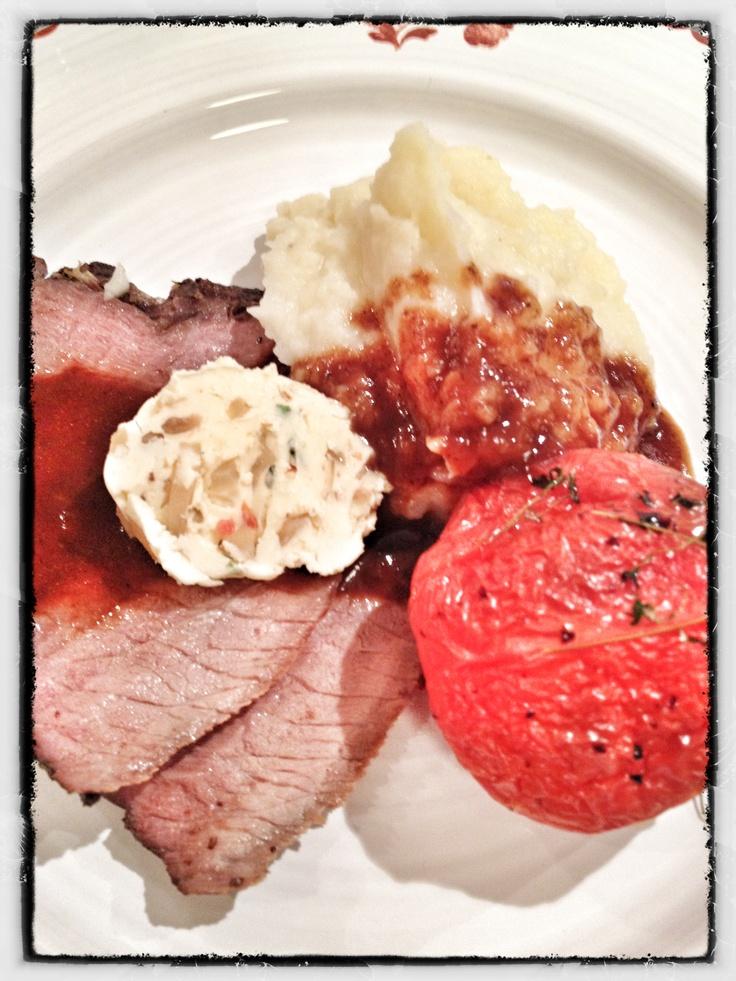Lågtempad rostbiff med långsambakad tomat o smör m rostad vitlök.