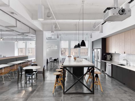 Fullscreen Offices – New York City. Media company. Breakout. Collaboration. T point. Kitchen. Exposed ceiling. Breakfast bar. Touchdown bench. Dining. Banquette seating. Exposed ceiling.