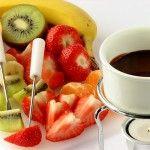 Шоколадное фондю 250 гр горького шоколада, 100 мл молока сгущенного, ликер, любые фрукты или ягоды.