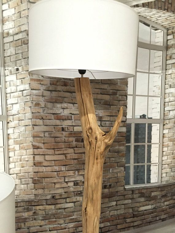 Vloerlamp van gebroken oude Eiken tak op zwarte natuur stenen voet. De vloerlamp symboliseert twee gebroken delen die onafscheidelijk zijn. De gebroken delen zijn op kleine afstand aan elkaar gekoppeld zodat je kan zien dat ze bij elkaar horen.  De lampenkappen zijn optioneel zie afwerkingen. De lamp is totaal ca 185-190 cm hoog afhankelijk van gekozen lampenkappen.  De linnen lampenkappen hebben de afmeting: 1 stuks van rond 50 cm x 25 cm hoog. en 1 stuks van rond 30 cm x 22 cm hoog…