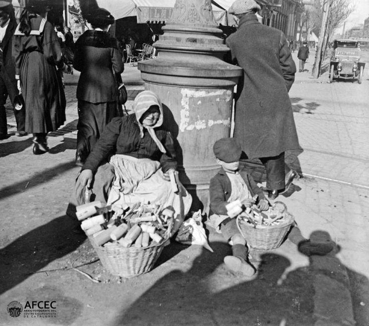 La dona dels xerracs, Setmana Santa, Barcelona, ca.1916. Autor: Carles Fargas i Bonell (AFCEC_FARGAS_X_00909)