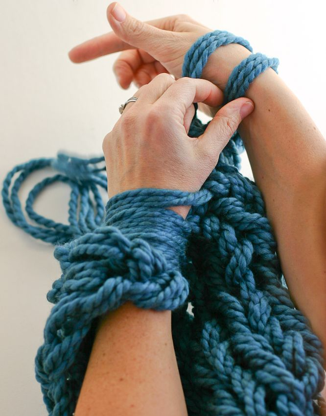 Learn Arm Knitting with a gorgeous step-by-step PHOTO tutorial. Includes cowl pattern @anne weil | flax & twine