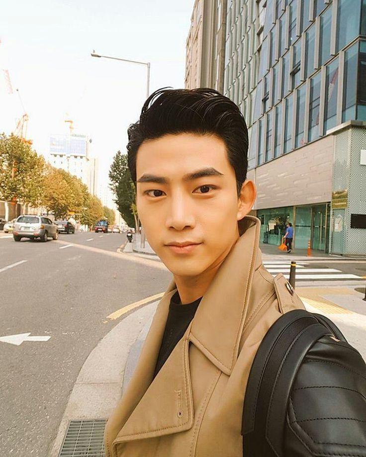 Abang taecyeon update twitter Tweet : 스케쥴 끝나고 집에 걸어가는중 Translate : Walking home after completing schedule Sendirian aja bang? Maaf cinta kita kehalang sinyal dan negara😂😂 #2PM #oktaecyeon #taecyeon