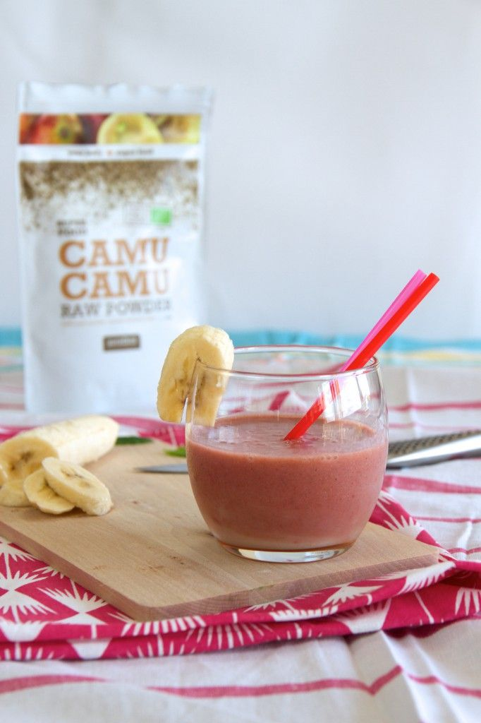 Superfood Saturday! Kokos-aardbei-banaan smoothie met camu camu voor extra vitamine C.