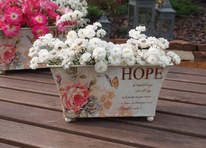 Prostokątny pojemnik na czterech nóżkach dekorowany motywem róży / Charming container in Roses Decoupage