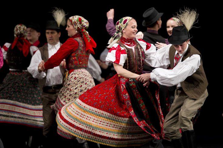 néptáncosok - hungarian folk dance