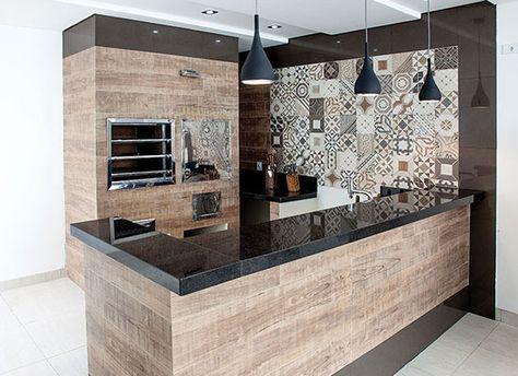 Cozinha com porcelanato Portobello Rio Retrô, que imita ladrilho hidráulico.