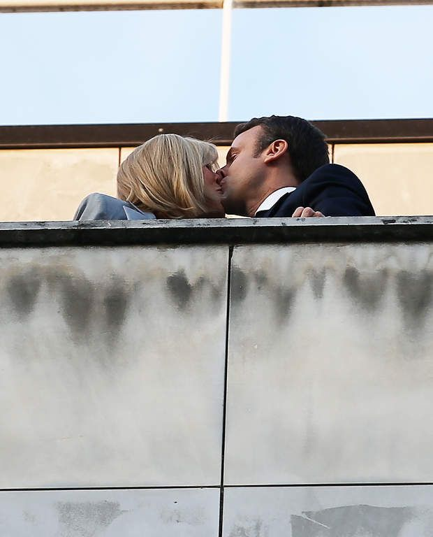 Emmanuel Macron vainqueur du 1er tour de la présidentielle : Le couple se montre très amoureux