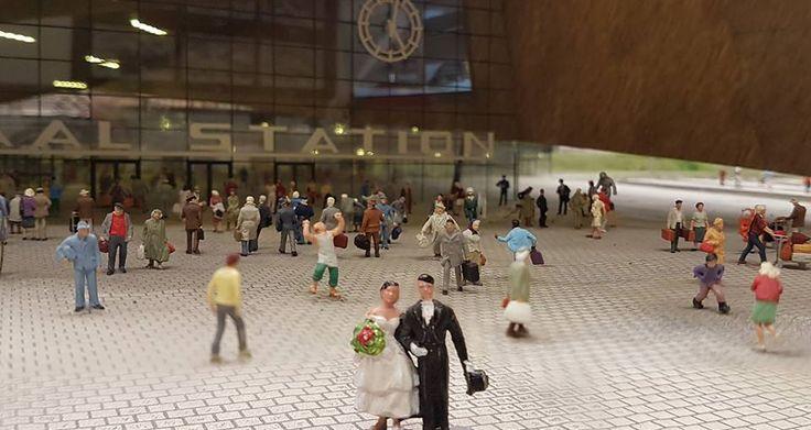 De trouwerij van Hildebrand van Kuyeren en zijn Roemeense bruid Nicoleta Andrei donderdagmiddag vier uur, 07-07-2016 tussen de treinen op Centraal Station Rotterdam.. Bezoekers van Miniworld Rotterdam waren deze dag ook getuigen!