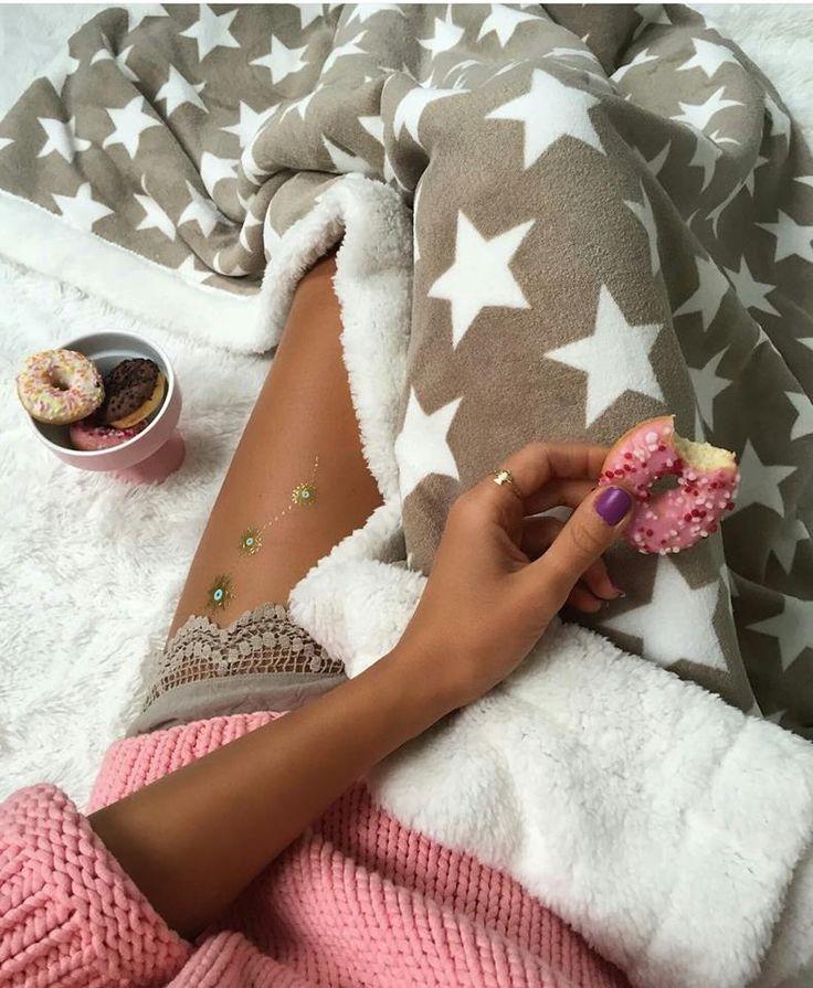 Francúzska béžová prikrývka na gauč s bielymi hviezdami