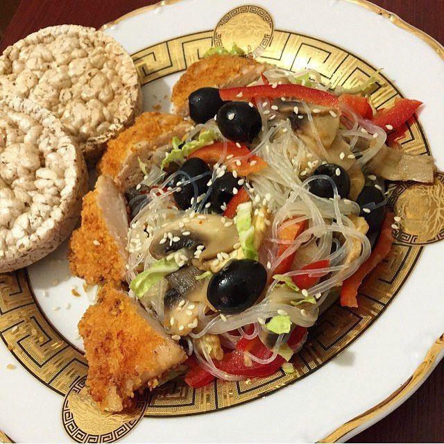 """«Салат """"фунчоз ️а"""" фунчоза маслины блог перец красный белокач капуста свежие грибы яблочный уксус грудинка обжаренная кунжут Способ приготовления:…»"""
