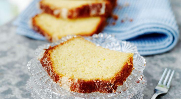 Recept på mjuk citronkaka med glasyr - blir bara godare om den får stå till sig ett par timmar för att bli riktigt tung och citronmättad.