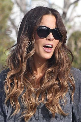 Kate Beckinsale ilumina su rostro con un ligerísimo y discreto degradado en sus puntas onduladas.