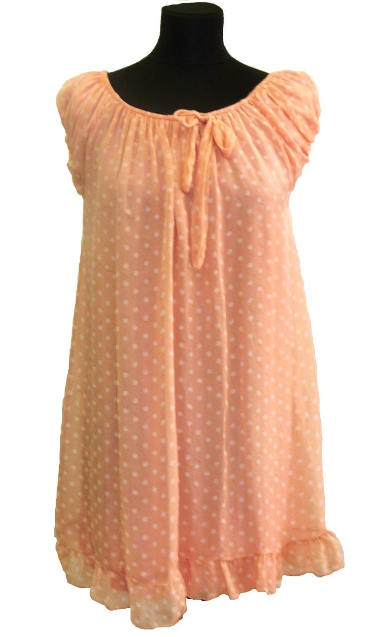 Otro vestido muy cómodo: en rosa palido, con lunares blancos. El cuello fruncido permite llevarlo más bajo, dandole otro aire al look. Está disponible en otros tonos: beige, rosa fuerte. En Lencería Moda LM, Rentería
