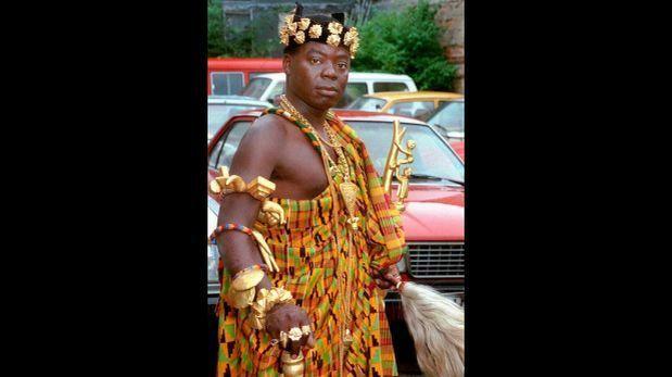 El rey africano que vive en Alemania y gobierna por Skype  Bansah de Hohoe vive cerca de Frankfurt, trabaja en una tienda de reparación de autos y gobierna una aldea de 200 mil almas  Este es el primer presidente blanco en África desde 1994  Su nombre es Bansah de Hohoe y es un hombre muy importante en una de las regiones de Ghana. ¿Sabe por qué? Él es el rey de la tribu Togbe Ngoryifia Cefas Kosi Bansah. Lo más curioso es que ordena su gobierno a través de Skype.