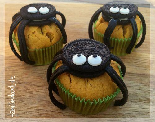 Gruselige Halloween Muffins mit Oreo-Keksen, die aussehen wie Spinnen, sind der Hit bei jeder Halloween-Party. Wir zeigen euch wie ihr unsere Kürbismuffins als Halloween-Muffins dekoriert. Hier geht es zum Rezept: http://www.familienkost.de/rezept_halloween_muffins.html