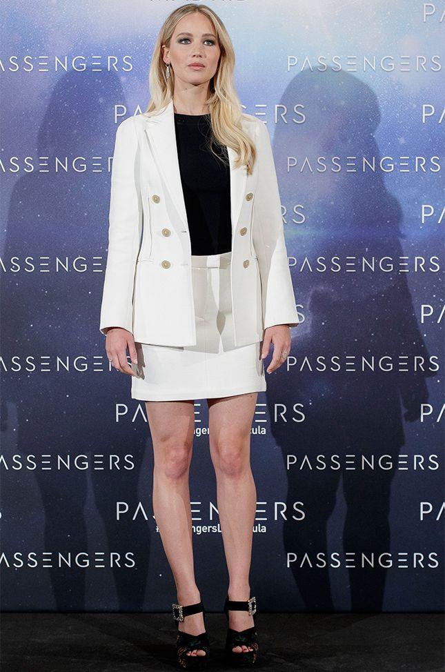 Дженнифер Лоуренс в костюме 3.1 Phillip Lim и босоножках Roger Vivier на премьере фильма «Пассажиры» в Мадриде