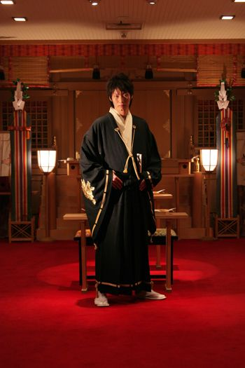 今日は直垂についてご紹介しますね 直垂とは・・・ 本来の武家の正装であり、前見頃に裾が垂直に縫いつけられている処からでた名称です。 長く広く袖は武士...