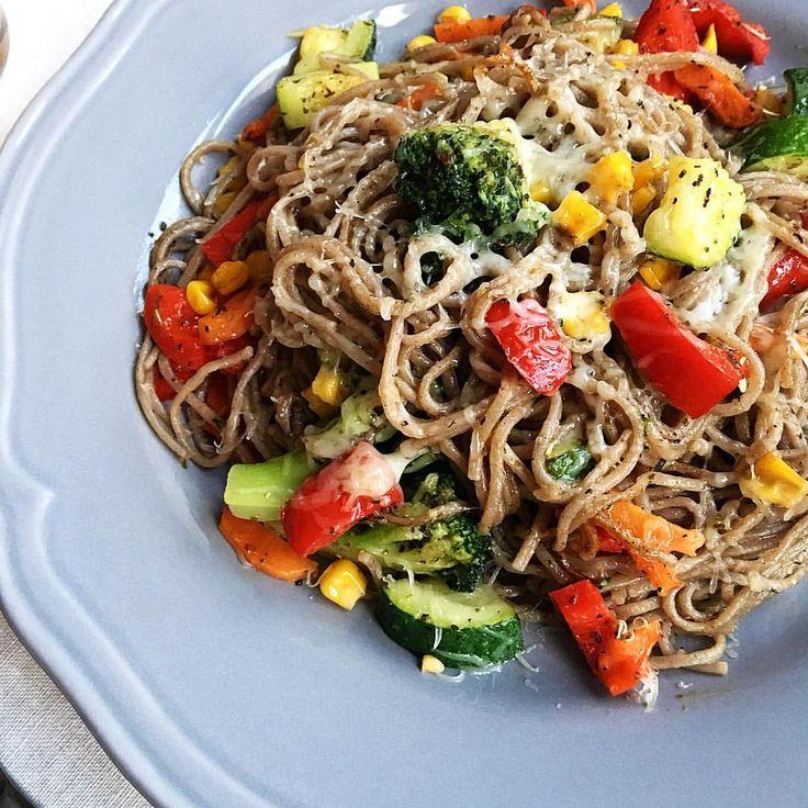 #рецепты_от_катерины_дороховой классическая паста в моем исполнении. на оливковом масле обжарить овощи. Добавить спагетти аль денто и добавить прованские травы, черный перец, соль. Посыпать тертым пармезаном