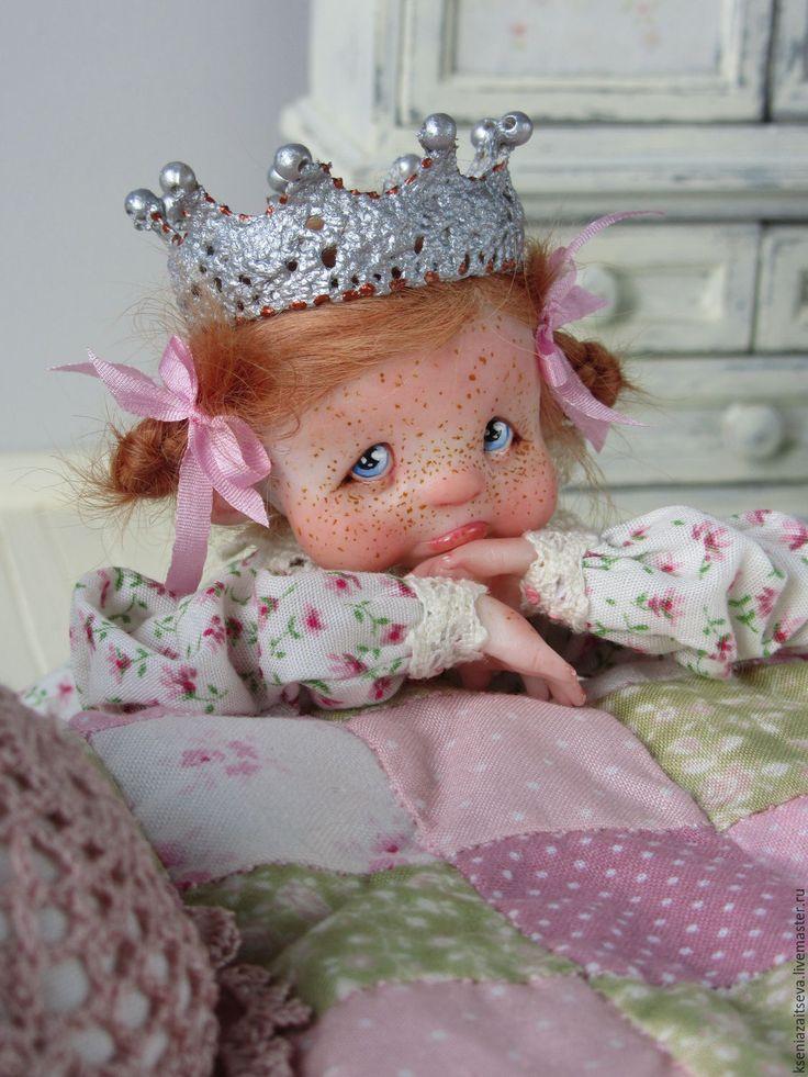 Купить или заказать 'Голди' или 'Хочу дракона!' в интернет-магазине на Ярмарке Мастеров. для Марины!))) Многие думают, что принцессам всё – всё можно и что любое их желание тут же выполняется! А вот и нет!!! Принцесса Голди уже давно мечтает о кошечке или собачке, каждое Рождество она загадывает желание, что бы у неё появилось животное, но каждый раз под ёлочкой она находит мягкую игрушку, а не котика или пёсика... Сколько раз Голди просила у мамы королевы и папы короля, что бы они…