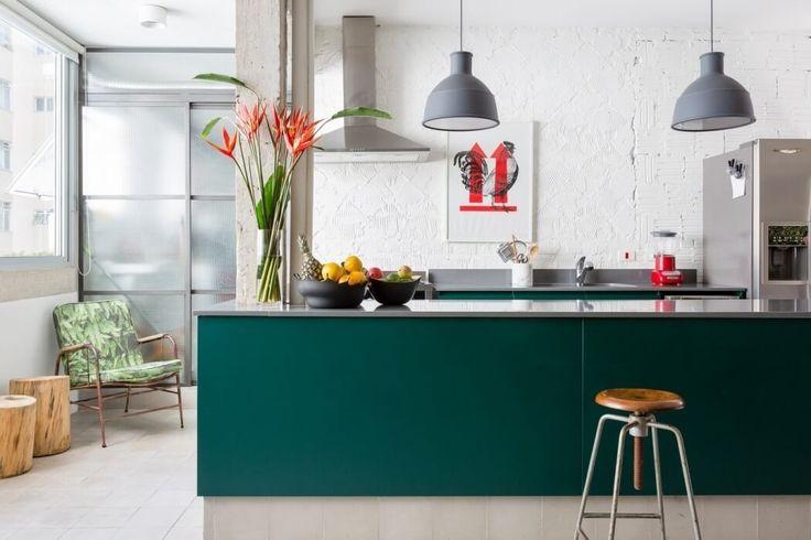 Dans cet appartement de Sao Paulo, je retrouve un peu de l'esprit des intérieurs de Felipe Hess : les piliers et plafonds conservés en béton apparents, le salon composé de canapés et fauteuils dépareillés, la cuisine ouverte sur une grande pièce à vivre....