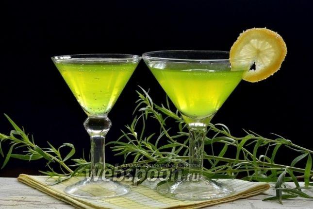 Предлагаю приготовить домашний лимонад «Тархун»  Готовится такой лимонад из эстрагона. Эстрагон придаёт лимонаду красивый цвет и интересный вкус. Перед настаиванием эстрагона измельчите его с сахаром  в кухонном комбайне до однородной ароматной массы и залейте кипятком — цвет лимонада выйдет красивым, а аромат — сильным.