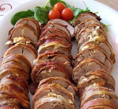 Baconlindad vitlöksostfylld fläskfilé med grönpepparsås