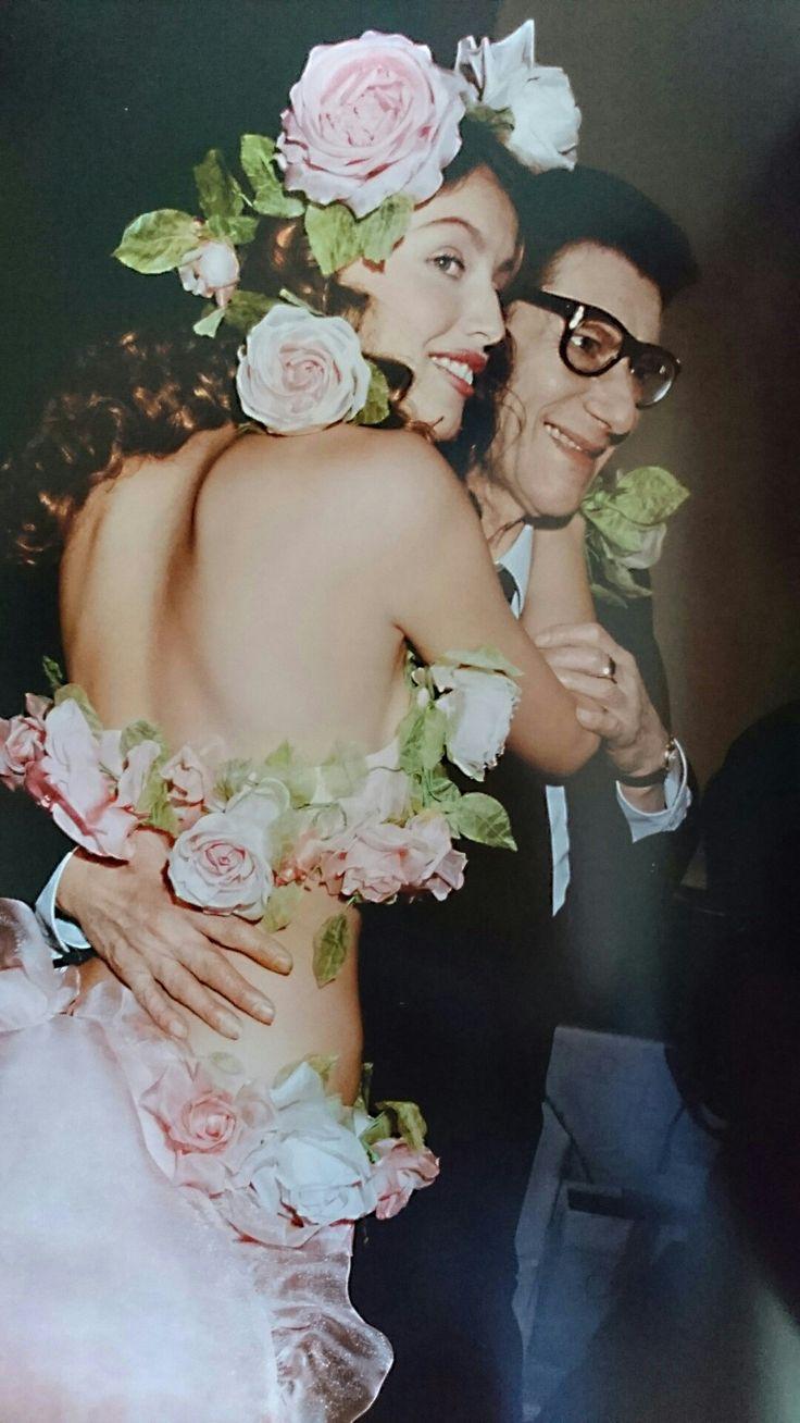 Laetitia Casta et Yves Saint Laurent en Janvier 1999. Haute couture été 1999. Photo Roxanne Lowit.