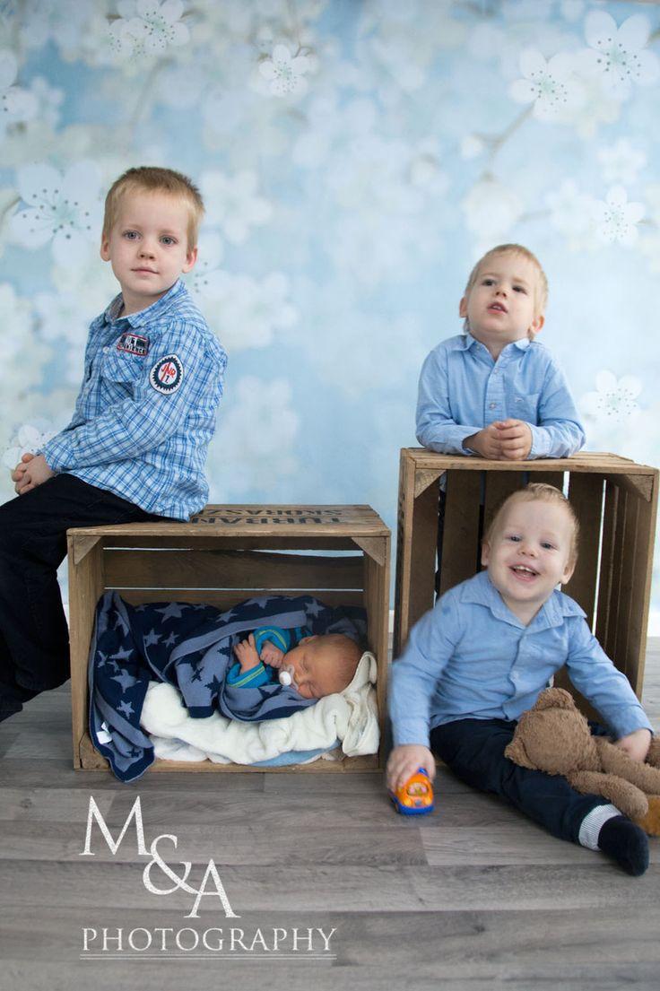 Kinderfotos, Kinderfotografie, Fotografie, Junge, Geschwister, Kiste, Kisten, Neugeborenenfotografie, Fotos Neugeborene, blau,