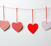 Maak je eigen hartjesslinger! Wat is er leuker dan om je huis eens vrolijk te versieren met een slinger? Met deze zelfgemaakte hartjesslinger wordt je huis in een handomdraai heel gezellig en feestelijk! Benodigdheden: lang stuk touw, stapel wit papier, pritt-stift, schaar en versierspulletjes.